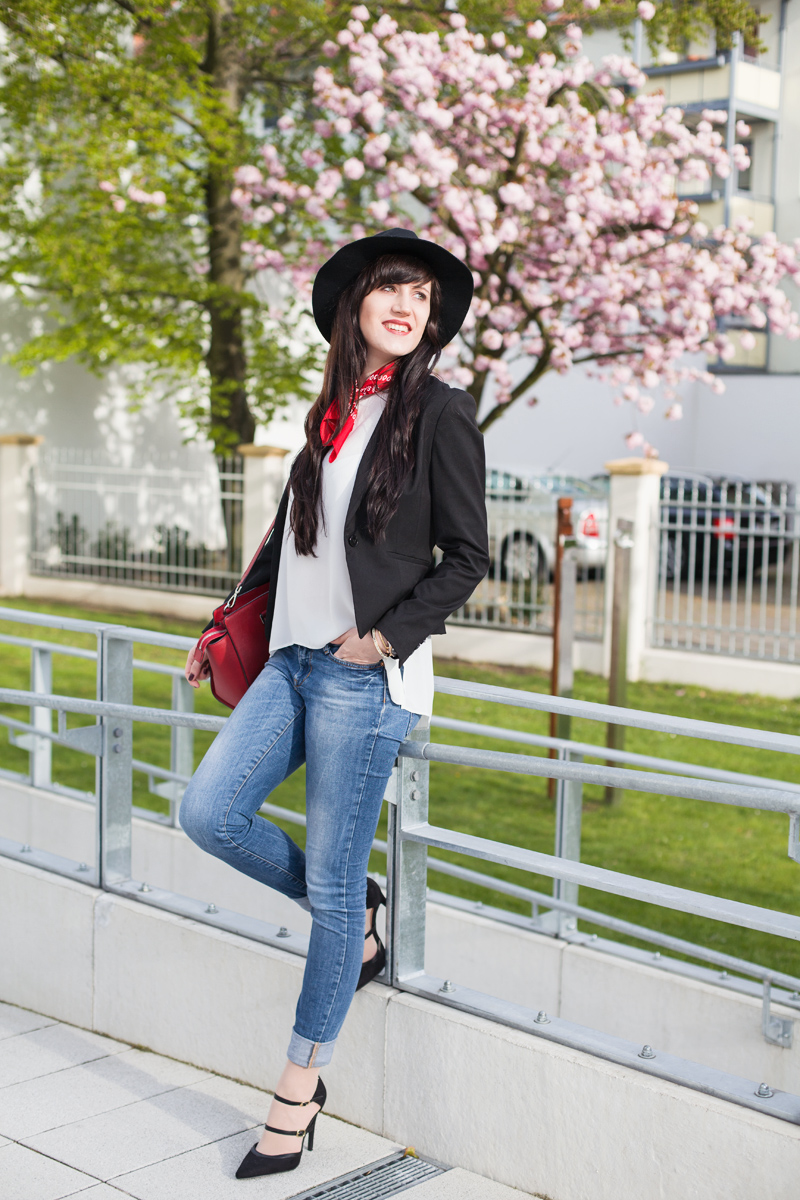 Outfit-simple-Basics-Bluse-Blazer-BlueJeans-Pumps_ShadesofIvory, Hannover Fashionblog