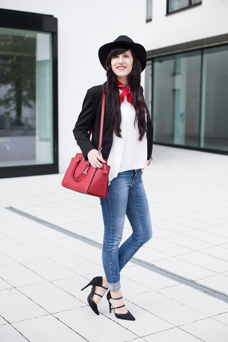 Outfit-simple-Basics-Bluse-Blazer-BlueJeans-Pumps_ShadesofIvory